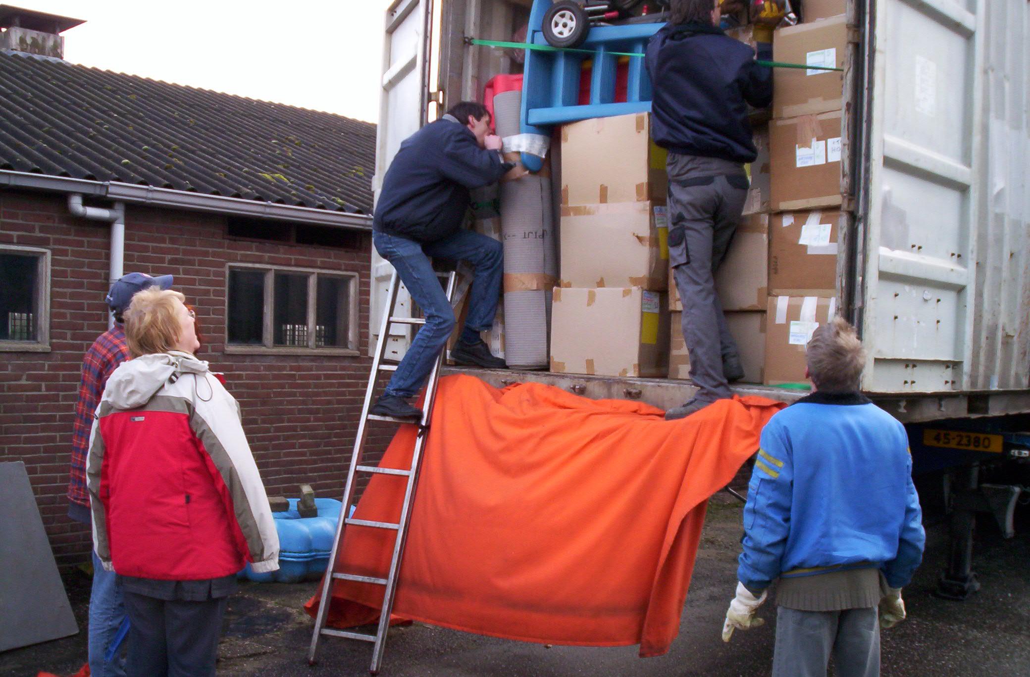 Zaterdag 27 januari 2007: het inpakken van de 2 containers