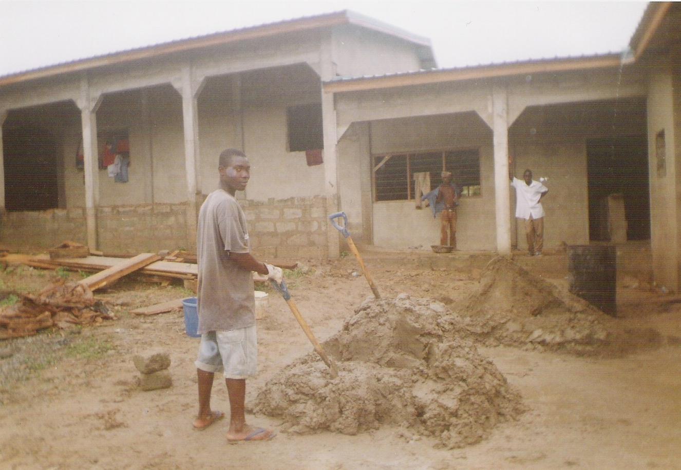 September 2007: muren zijn aangesmeerd en de kozijnen voor lamellenramen geplaatst (1)