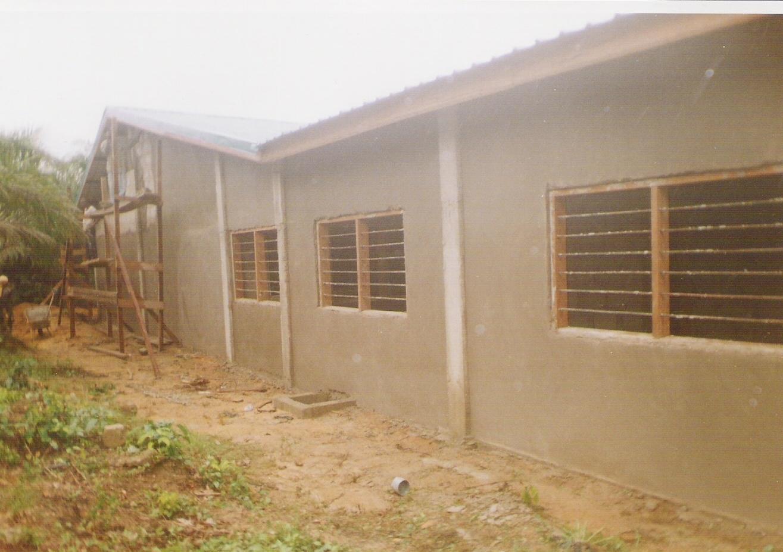 September 2007: muren zijn aangesmeerd en de kozijnen voor lamellenramen geplaatst